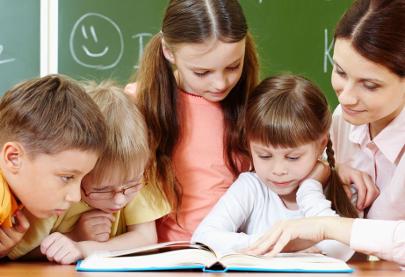 Діти й вчителька з книгою