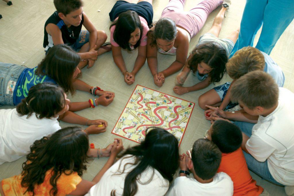 Діти грають в настільну гру