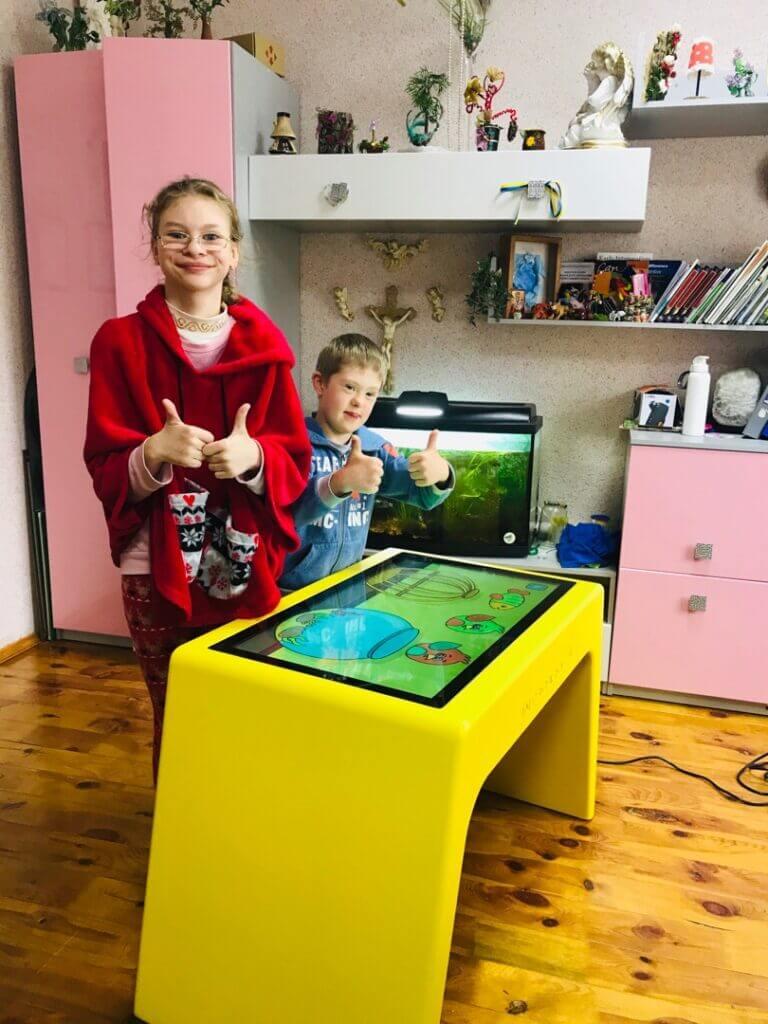 Дитячий стіл в реабілітаційному центрі